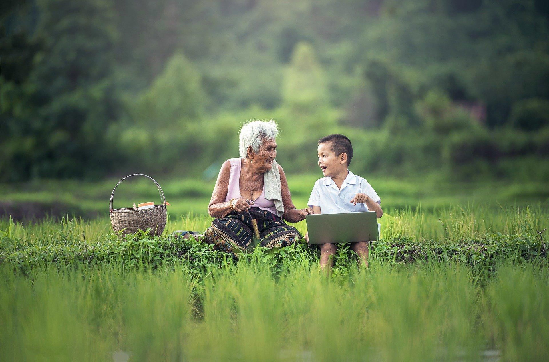 bildung-lernen-großmutter-kind
